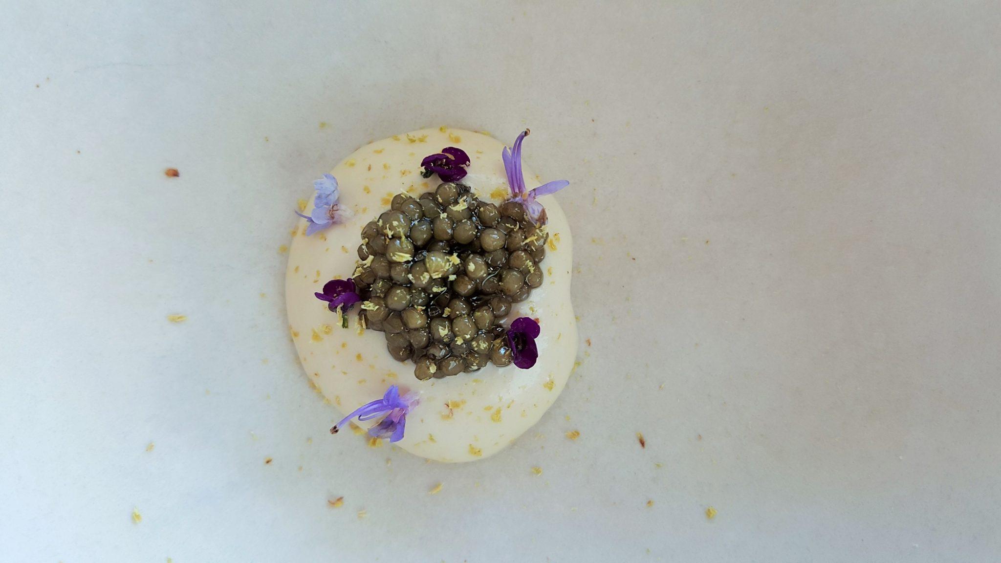 Piñones, crema de manzana y caviar El Carmen de Montesion