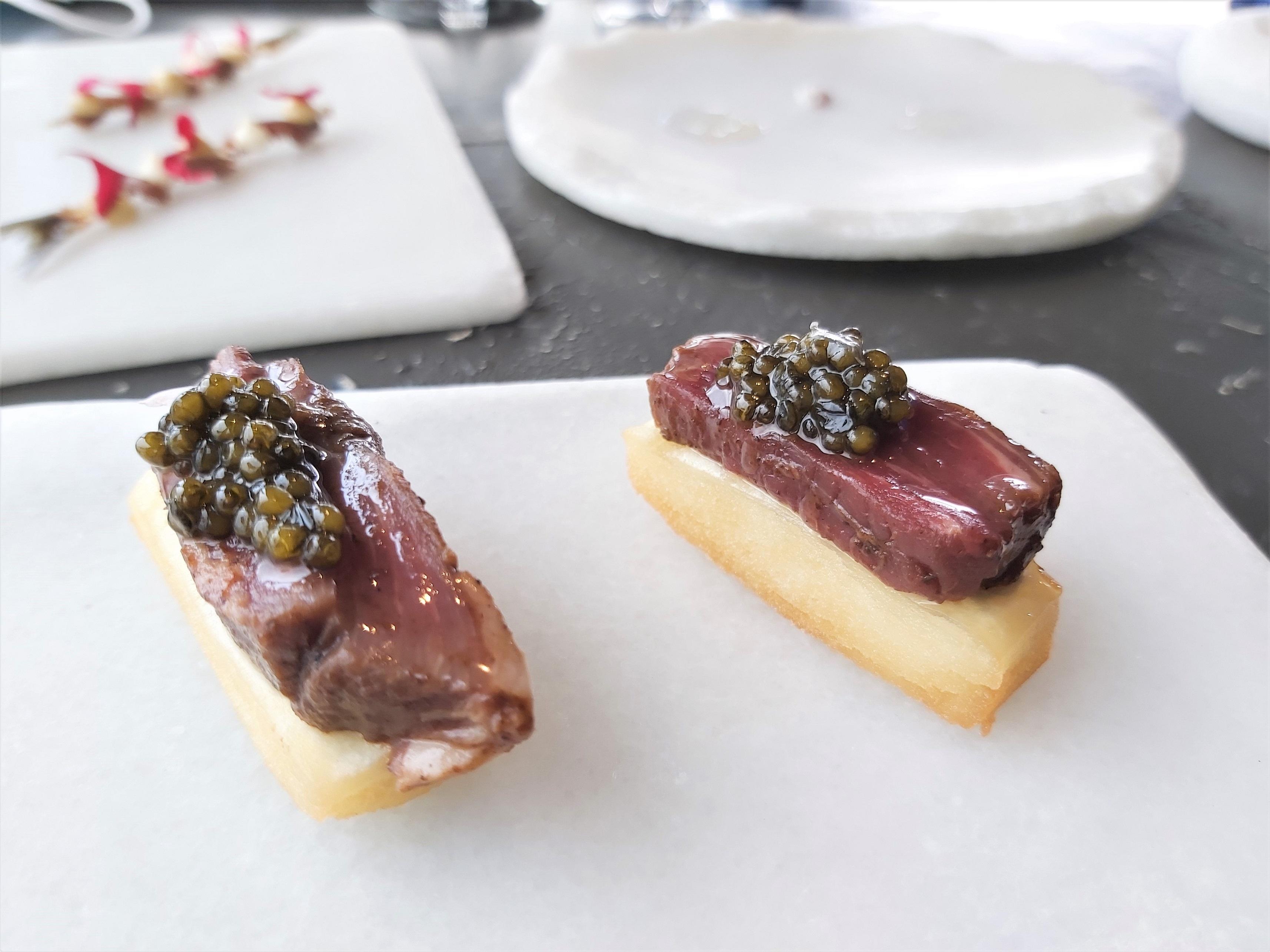 Caviar con tudanca en mole Annua