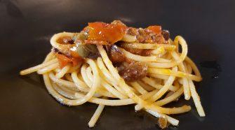 Pasta con tomates del Vesubio, aceitunas, anchoas y piñones La Piperna