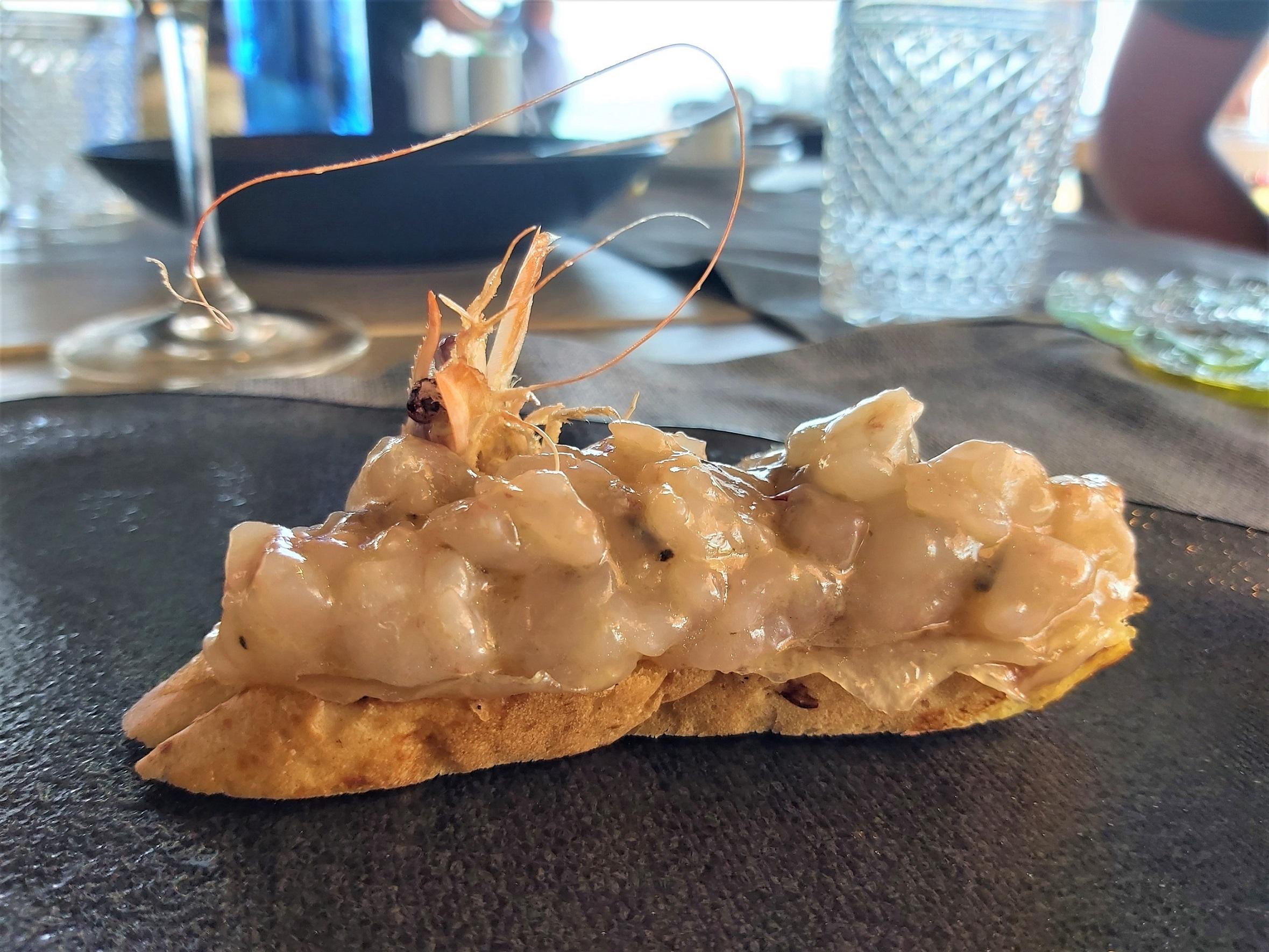 Tosta de tartar de gambas y tocino La Milla Marbella